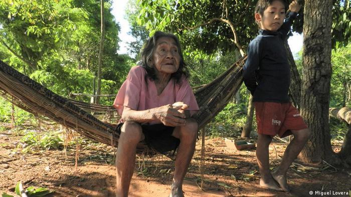 Indios guaraníes en Paraguay, en el pueblo de Itaguasú.