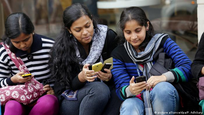 Indien Studenten Smartphone WiFi (picture alliance/dpa/P. Adhikary)