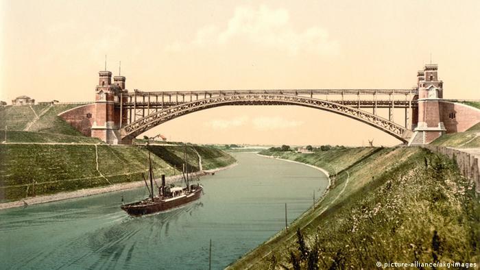 Ein Bild des Kaiser-Wilhelm-Kanals, auf dem ein Schiff und eine Brücke zu sehen sind