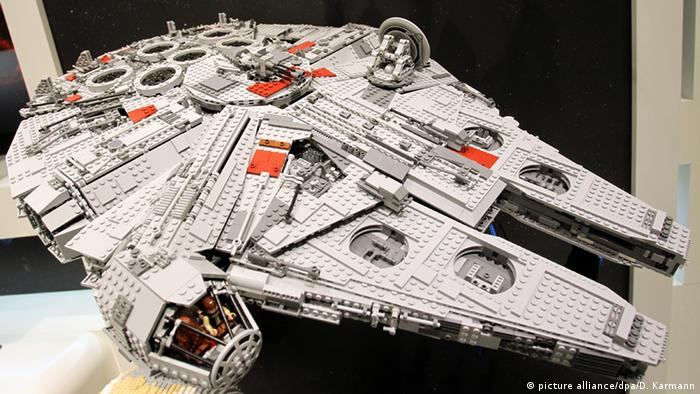 Deutschland Star Wars Lego Falcon (picture alliance/dpa/D. Karmann)