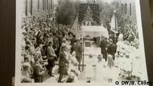 Beschreibung: In Hannover befindet sich die Polnische Katholische Mission, geleitet von dem prällaten Stanislaw Budyn. Er hat mit finanziellen Hilfe der Deutschen Katholiken Konferenz Archivmaterialien über Polen in Deutschland seit 1945 gerettet, restaurieren lassen und ein einmaliges Archiv geschaffen. Auf dem Bild: Frohnleichman 1946 Foto: Barbara Cöllen / DW im Oktober 2015