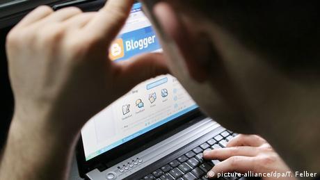 Internetuser vor einem Laptop (Rechte: Picture-alliance/dpa/T. Felber)