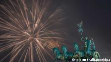 Zu Silvester wird ein Höhenfeuerwerk am 01.01.2016 am Brandenburger Tor in Berlin gezündet. Bei dem Open-Air-Spektakel entlang der Straße des 17. Juni feiern Menschen aus aller Welt den Jahreswechsel. Foto: Wolfram Kastl/dpa +++(c) dpa - Bildfunk+++ --- eingestellt von haz