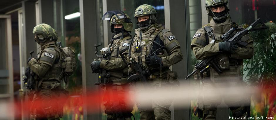 Policiais fortemente armados na estação central da cidade, durante a madrugada