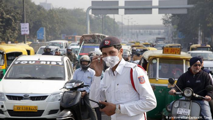 New Delhi street traffic (picture-alliance/dpa/H. Tyagi)
