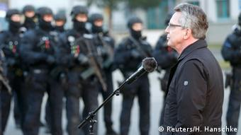 Thomas de Maiziere with special forces of the federal police. (Photo: REUTERS/Hannibal Hanschke)