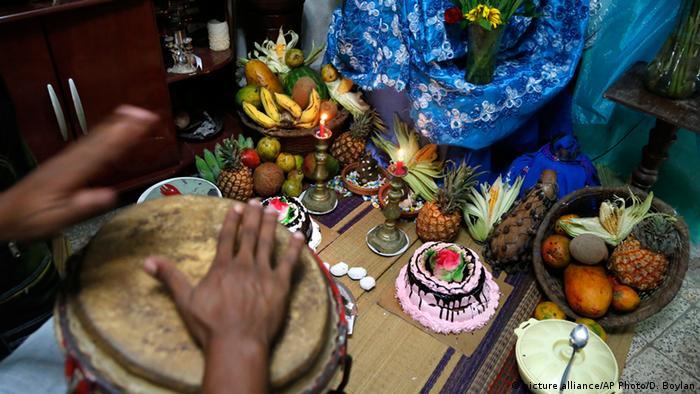 Lebensmitteln als Opfergaben und Trommelmusik: Der kubanische Santería-Glauben vermischt christliche Elemente mit afrikanischem Spiritismus.