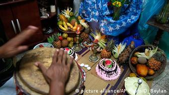 Τελετή σαντερίας με τοπικά μουσικά όργανα στην Κούβα