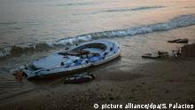 9.7.2015 *** A dinghy remains abandoned by Pakistani migrants at Lambi beach, close to Kos Town, after arriving from the Turkish coasts to the Greek island of Kos, on Thursday, July 9, 2015. Photo: Santi Palacios/dpa (zu dpa-Korr Die Vergessenen der Griechenland-Krise: Flüchtlingsnot auf Kos vom 19.07.2015) +++(c) dpa - Bildfunk+++ picture alliance/dpa/S. Palacios