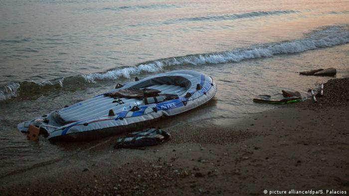 Verlassenes Flüchtlingsboot an der griechischen Küste - Foto: Santi Palacios (dpa)