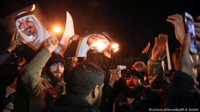Протестующие в Тегеране жгут фотографии членов королевской семьи Саудовской Аравии, 2 января 2016