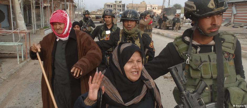 Civis ao lado de soldados iraquianos em Ramadi