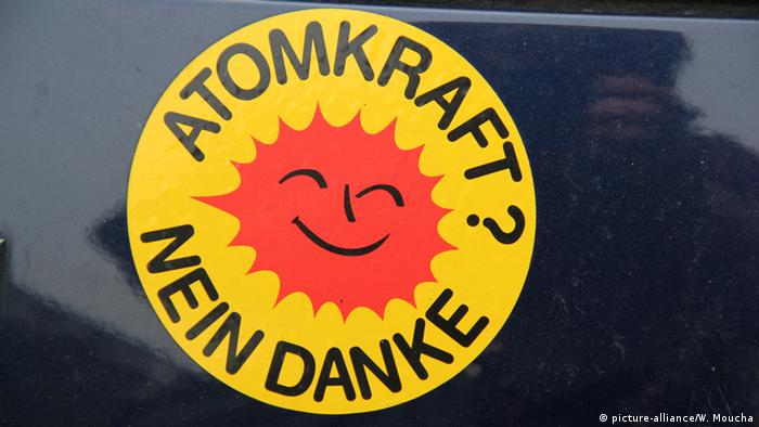 A sticker with a smiling sun and the words Nuclear Power? No thanks, in German (picture-alliance/W. Moucha)