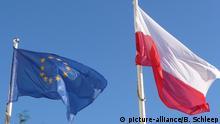 Eine polnische Flagge und eine Europafahne wehen vor dem Grand Hotel im Seebad Sopot (deutsch: Zoppot) an der Ostseekueste von Polen, aufgenommen am 11.08.2013. Foto: picture-alliance/B. Schleep