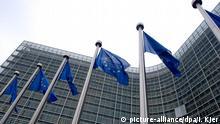ARCHIV - Europafahnen wehen am 04.12.2014 vor dem Gebäude der Europäischen Kommission in Brüssel. Die EU-Kommission geht rechtlich gegen die auch in Deutschland umstrittene Pkw-Maut vor. Dies berichtet die «Welt». Foto: Inga Kjer/dpa (zu dpa EU-Kommission geht rechtlich gegen deutsche Pkw-Maut vor vom 30.05.2015) +++(c) dpa - Bildfunk+++