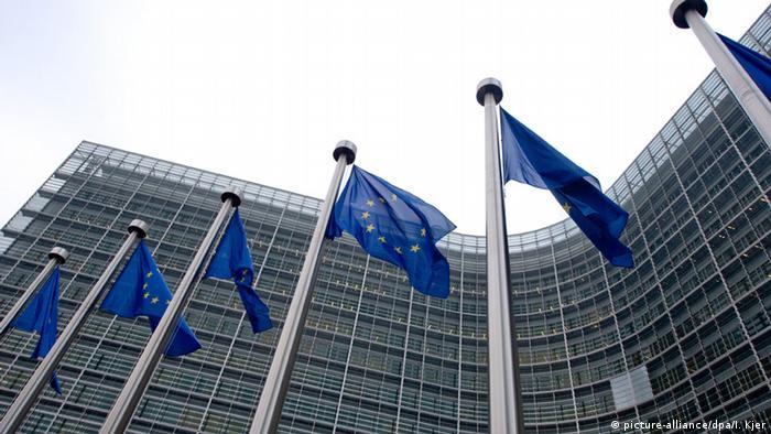 Флаги ЕС перед зданием Еврокомиссии в Брюсселе