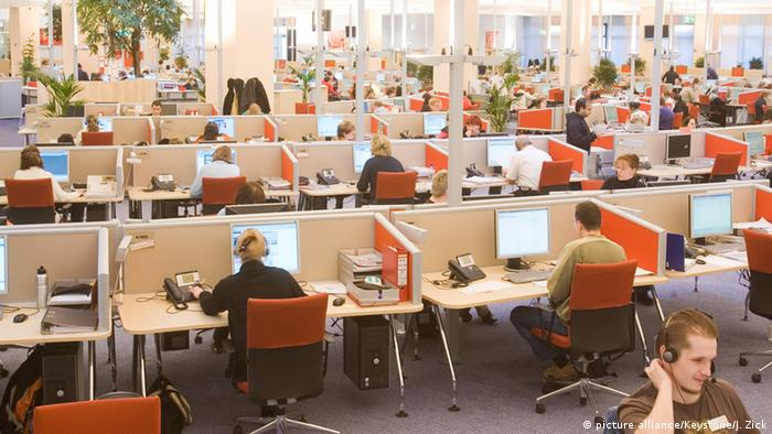 Deutschland Großraumbüro Callcenter in Berlin (picture alliance/Keystone/J. Zick)