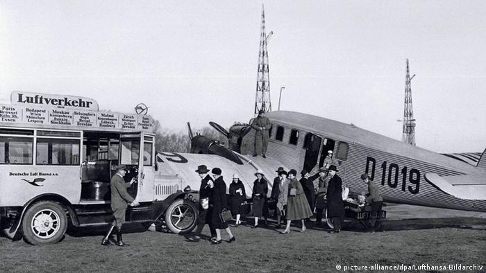 Lufthansa passengers (picture-alliance/dpa/Lufthansa-Bildarchiv)