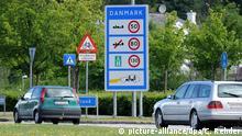 Autos passieren am Freitag (10.06.2011) den deutsch-dänischen Grenzübergang zwischen Flensburg und dem dänischen Krusa. Die Proteste gegen die geplanten dänischen Grenzkontrollen zeigen Wirkung. Wie Sprecher der Parlamentsopposition ankündigten, wird es an diesem Freitag wohl nicht die bisher als Formalität geltende Bewilligung von Mitteln für die neuen Zollkontrollen im Kopenhagener Finanzausschuss geben. Foto: picture-alliance/dpa/C. Rehder