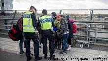 FILE - epa05022110 Swedish border control police talks to group of migrants at the Hyllie train station in Malmo, Sweden, 12 November 2015. EPA/Asger Ladefoged SW DENMARK OUT (zu dpa Passkontrollen an dänisch-schwedischer Grenze gestartet vom 04.01.2016) +++(c) dpa - Bildfunk+++Copyright: picture-alliance/dpa/A. Ladefoged