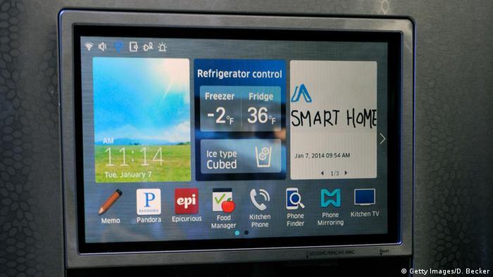 Вміст цього холодильника від Samsung з великим дисплеєм можна проконтролювати через мобілку навіть, перебуваючи в супермаркеті