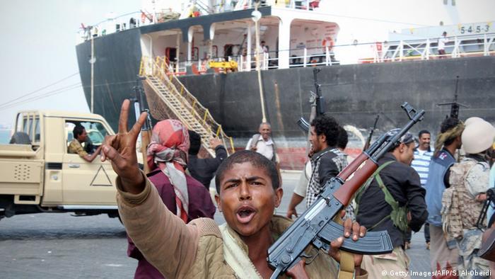 Ein regierungstreuer Kämpfer in Aden, 04.01.2016 (Foto: AFP / Getty Images)