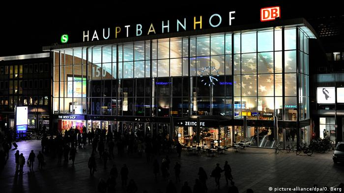 Deutschland Hauptbahnhof in Köln bei Nacht