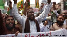 ARCHIV 2010 *** Suni Muslims demonstrating in Karachi against shi-ites, U.S. and Taliban attacks. Sunnitische Muslime demonstrieren in Karachi (Pakistan) gegen Schiiten, die USA und Anschläge der Taliban. © picture-alliance/T. Koene