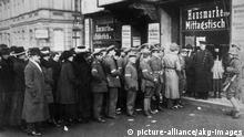 19. Januar 1919 Maenner und Frauen vor Berl.Wahllokal Berlin, 19. Januar 1919. Wahlen zur Nationalversammlung. - Wahlberechtigte Maenner und Frauen vor einem Berliner Wahllokal. - Foto (Otto Haeckel). (c) picture-alliance/akg-images