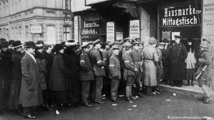 Introdução ao direito das mulheres de votar. Berlim, 1919. Mulheres e homens nas eleições para a Assembleia Nacional alemã.