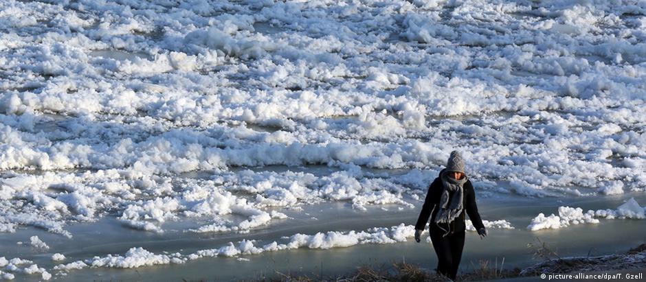 O rio Vístula congelado em Varsóvia: temperaturas chegaram a menos 20 graus em algumas regiões