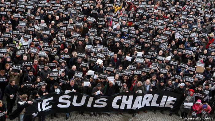 Manifestantes carregam cartazes com os dizeres Je suis Charlie em homenagem às vítimas de ataques na França