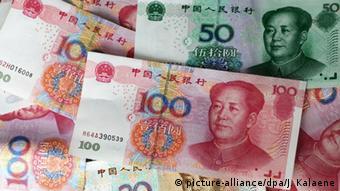 Verschiedene Yuan-Geldscheine (picture-alliance/dpa/J. Kalaene)