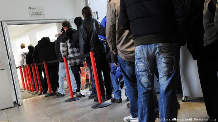 Deutschland Jobcenter Arbeitslose stehen Schlange in Gelsenkirchen (picture-alliance/dpa/J. Stratenschulte)