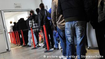 Deutschland Jobcenter Arbeitslose stehen Schlange in Gelsenkirchen