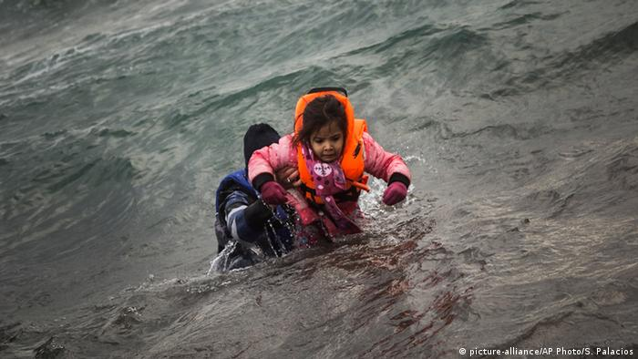 man helping carrying girl in water Copyright: picture-alliance/AP Photo/S. Palacios