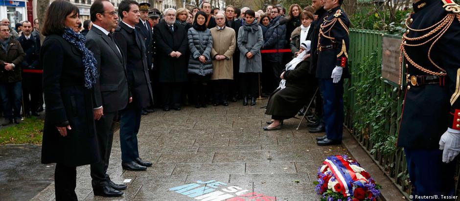 Prefeita de Paris, Anne Hidalgo, presidente François Hollande e primeiro-ministro Manuel Valls inauguram homenagem