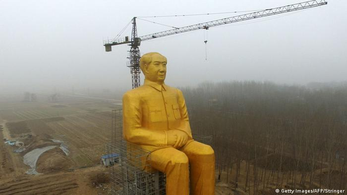 A huge statue of Chairman Mao Zedong in Tongxu county in Kaifeng, central China's Henan province.