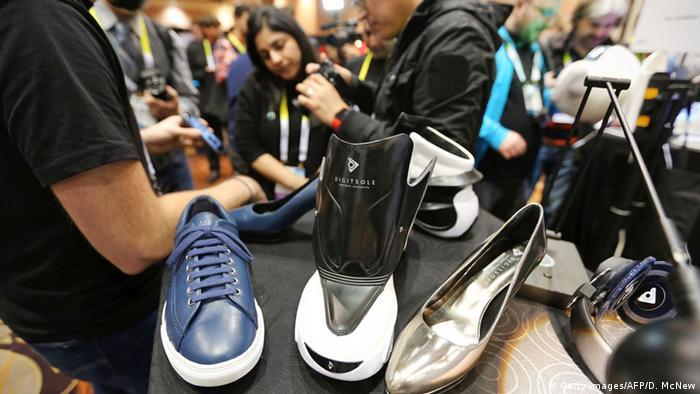 Це взуття особливе - за допомогою мобільного телефону можна не тільки затягнути шнурки тугіше, а ще й включити підігрів ніг.