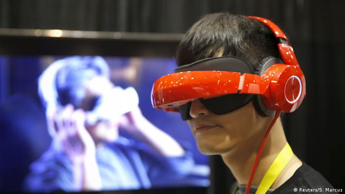 Перенестись в іншу реальність за допомогою Smart Mobile Theater - відвідувачі CES могли випробувати на собі й такий прилад