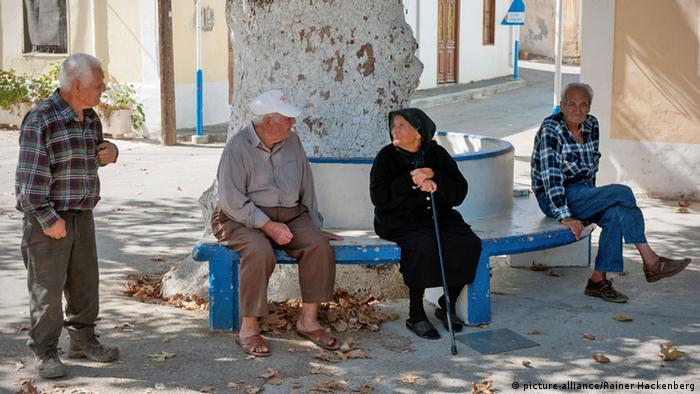 Griechische Rentner sitzen etwas verloren auf einer Bank. Foto: (c) picture-alliance/Rainer Hackenberg