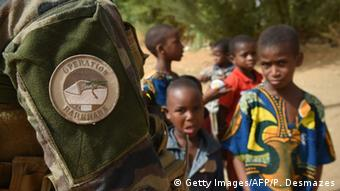 Mali Gao Operation Barkhane Kinder und französische Soldaten (Getty Images/AFP/P. Desmazes)