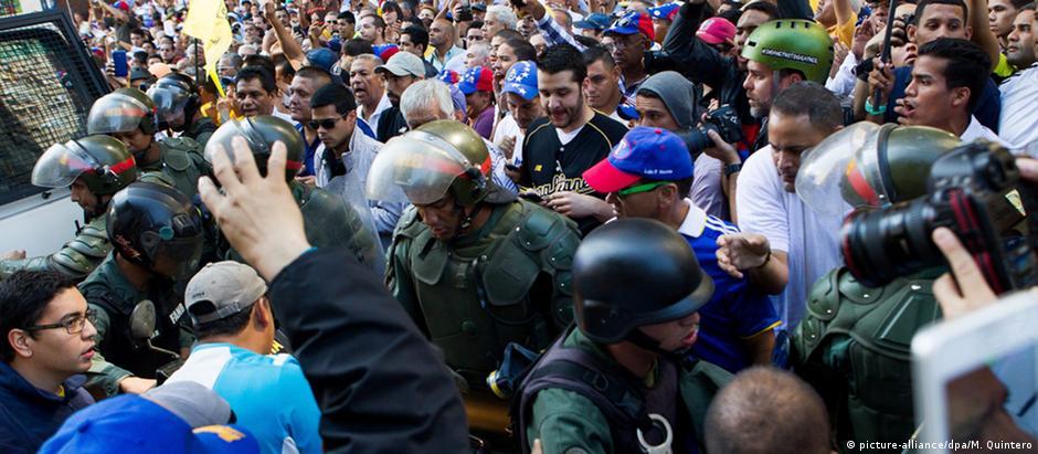 Durante a posse, milhares de manifestantes se reuniram do lado de fora da Assembleia Nacional
