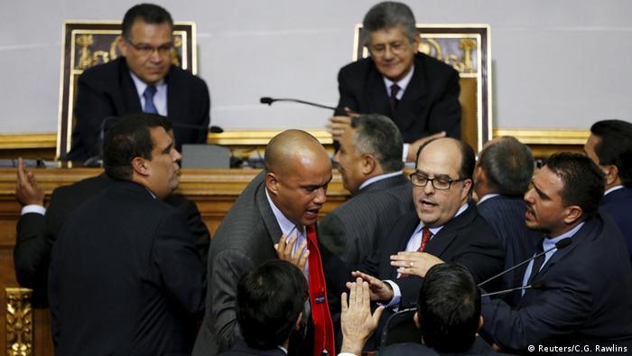Las fricciones entre oficialistas y opositores se manifestaron durante la primera sesión del nuevo Parlamento (foto), el 5 de enero de 2016.