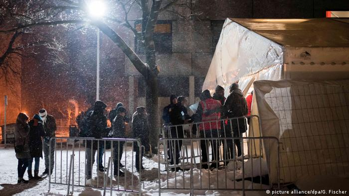 Colas de solicitantes de asilo ante las puertas de LaGeSo en Berlín.
