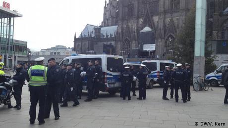 Deutschland Polizisten am Kölner Hauptbahnhof