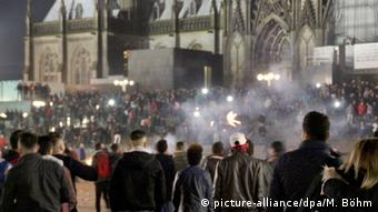 people celebrating on NYE 2015 in front of cologne cathedtral (picture-alliance/dpa/M. Böhm)