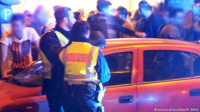 Полиция в Кельне обыскивает мужчину в новогоднюю ночь