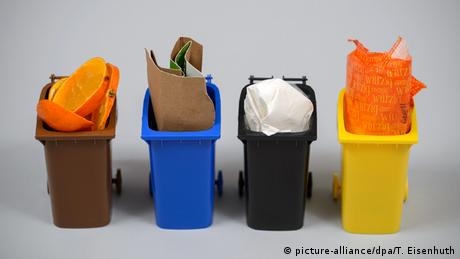 Four trash bins in different colors (picture-alliance/dpa/T. Eisenhuth)