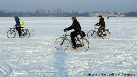 Niederlande Radfaher im Schnee
